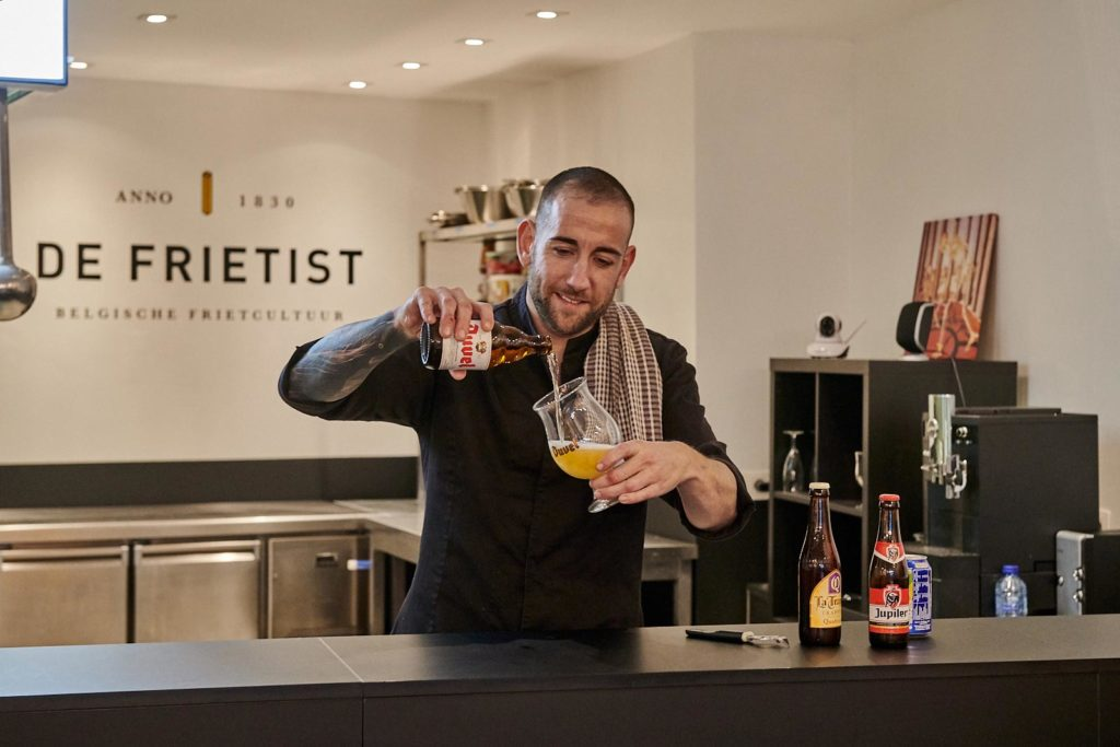 man pouring beer in the de frietist chipper